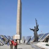 Si ca peste tot in fosta Uniune Sovietica, simboluri ale unui razboi care a ravasit tara.
